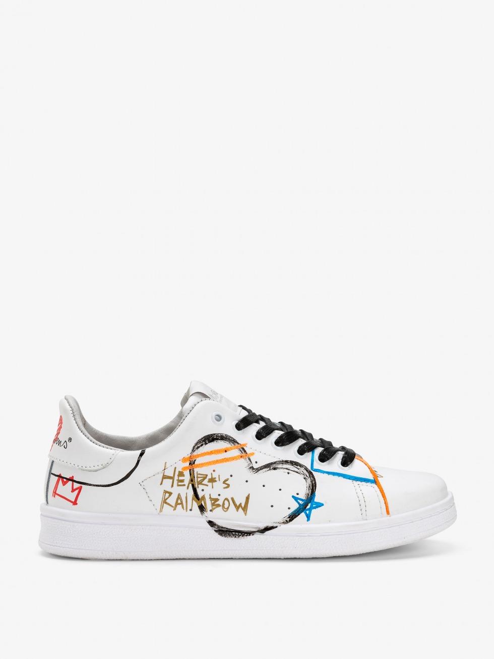 Sneakers con disegni e scritte colorate
